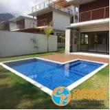 piscina de concreto com cascata para recreação