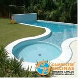 piscina de concreto com cascata