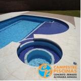 piscina de concreto com deck para condomínio
