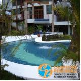 piscina de concreto com deck