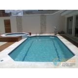 piscina de concreto com solarium